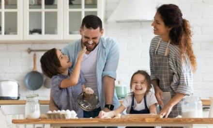 7 sichere Wege, wie Kinder in der Küche helfen können